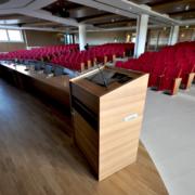 podio in legno su misura e arredi sala conferenze