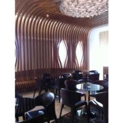 rivestimento su misura in doghe in legno sala bar