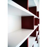 dettaglio libreria legno laccato bianco e rosso
