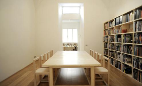 tavolo meeting e sedie su misura legno
