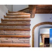 dettaglio scala mattoni e legno