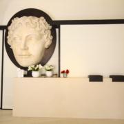 Dettaglio del banco reception del Gran Melia Villa Agrippina by Devoto