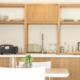 kitchenette in legno e corian e tavolo