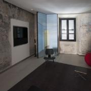 Ristrutturazione intonaci e fornitura arredi su misura Palazzo Rhinoceros: blocco inox, scuro con stampa, infisso, TV unit