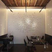 Tavoli e decorazione parietale su misura per ristorante Per Me