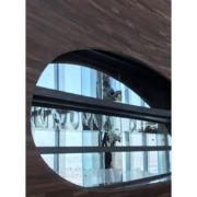 Dettaglio delle pareti in doppia curvatura in noce Americano del Vertigo restaurant del Banyan Tree hotel di Doha