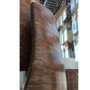 Dettaglio delle pareti in doppia curvatura in noce Americano che delineano il Vertigo restaurant del Banyan Tree hotel di Doha